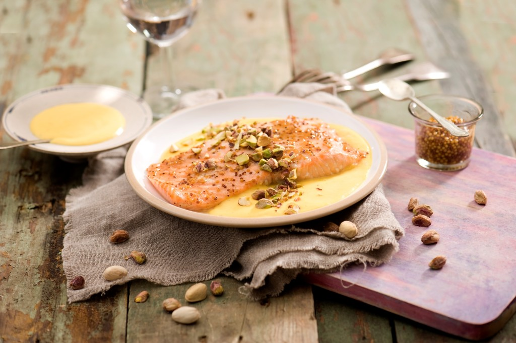 Łosoś z sosem dyniowym i pistacjami