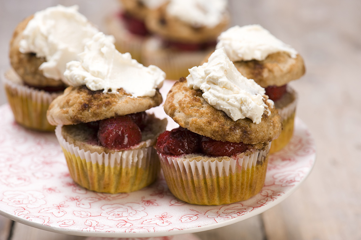 Muffins with maascarpone cream and strawberries marinated in balsamic vinegar