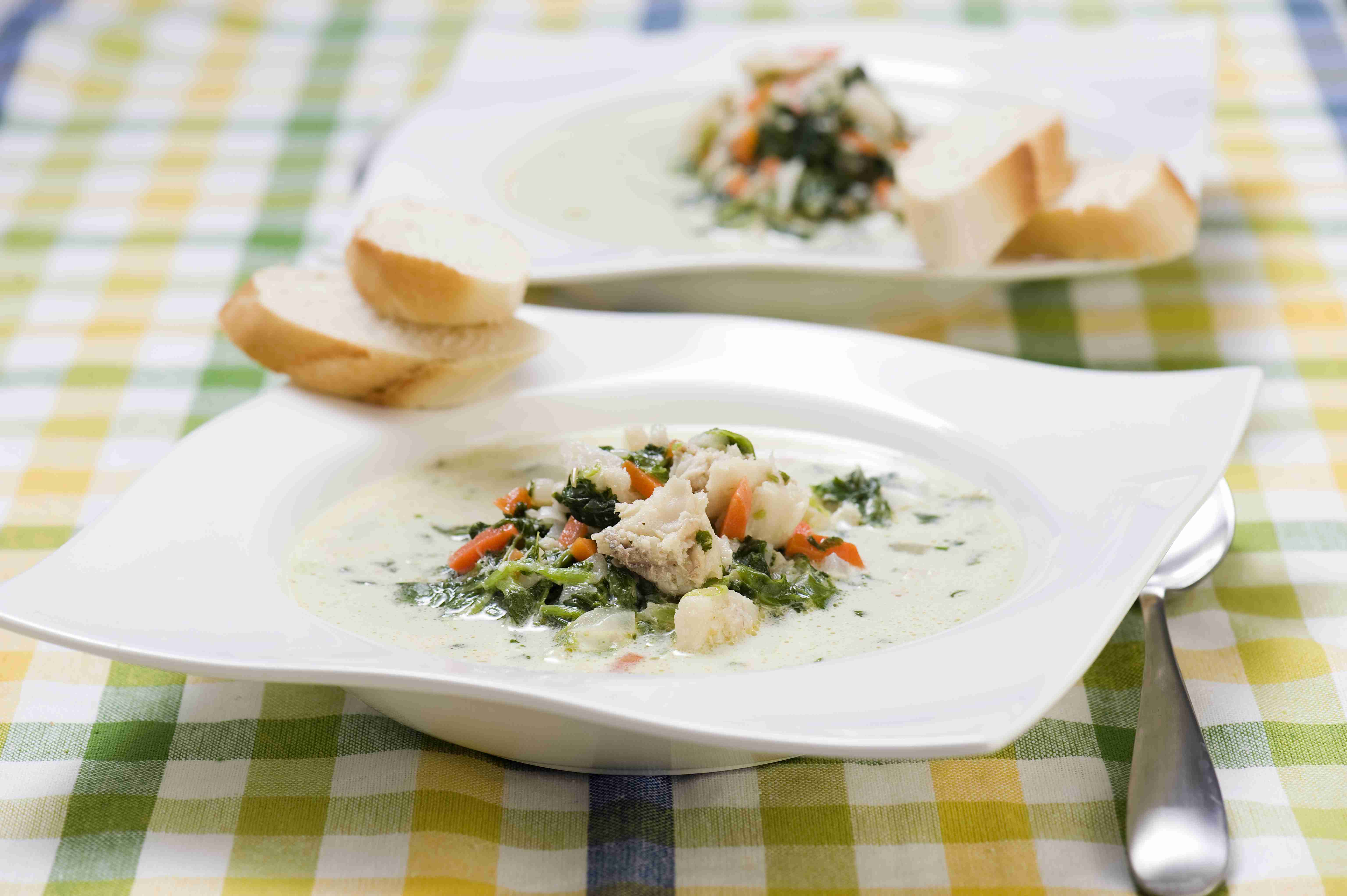 Biała zupa rybna ze szpinakiem