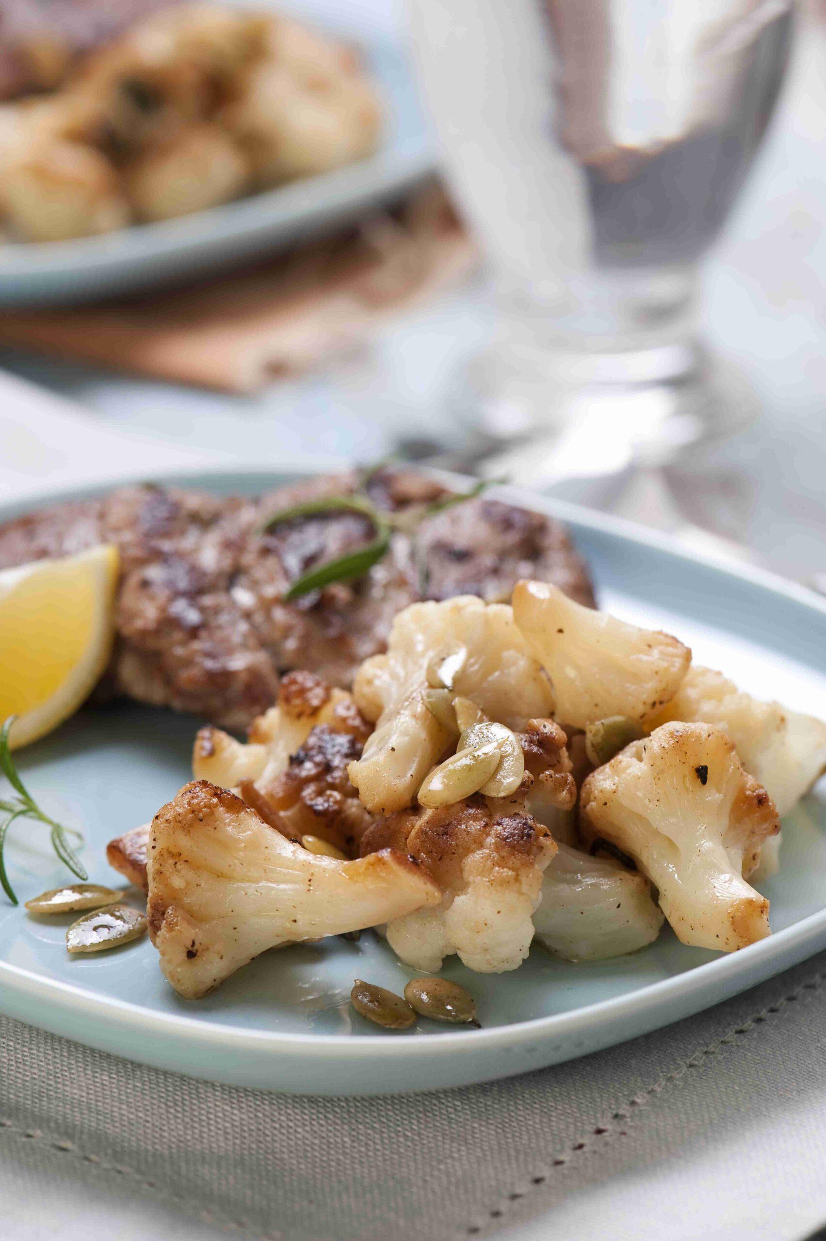 Cytrynowe kotleciki z sałatką z kalafiora