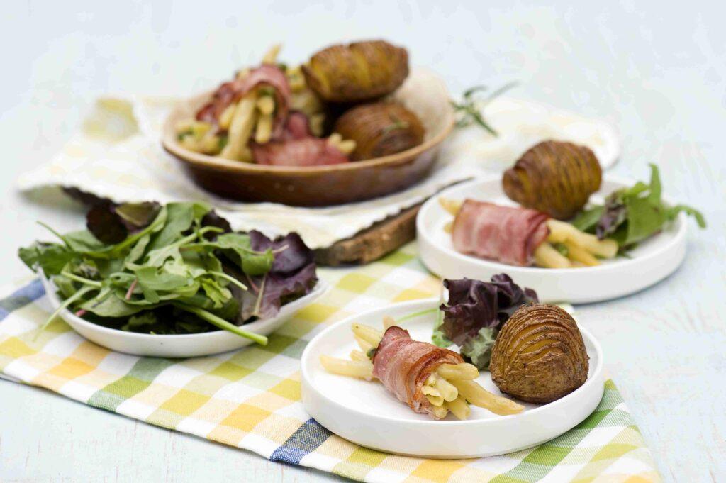 Fasolka zapiekana z bekonem i pieczonymi ziemniakami