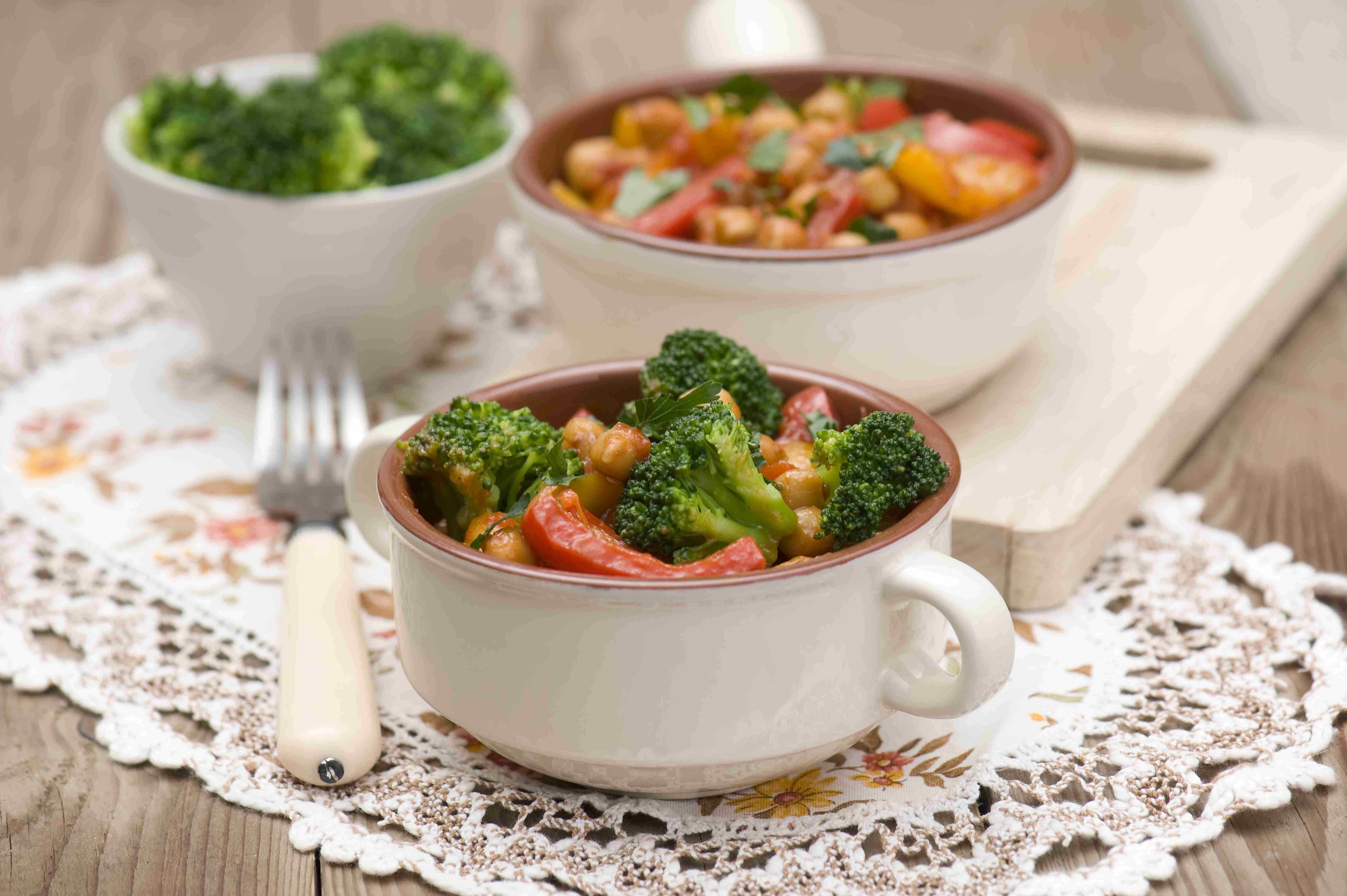 Gulasz z brokułami, papryką i cieciorką