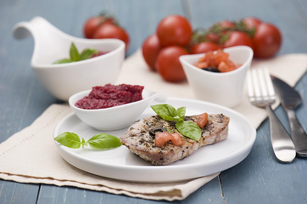 Grillowany tuńczyk zsosem pomidorowo-oliwkowym zburaczkami
