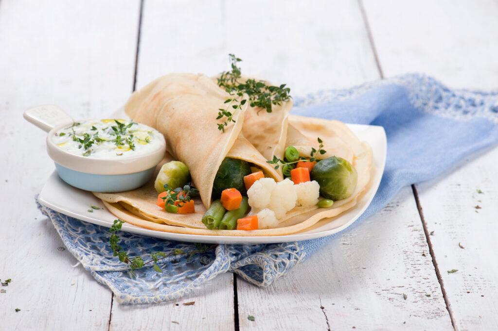 Naleśniki z farszem warzywnym i sosem czosnkowym