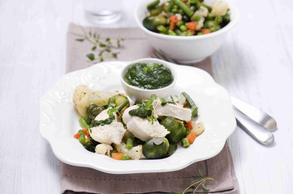 Pieczone warzywa wiosenne w cząbrze z kurczakiem i sosem szpinakowym