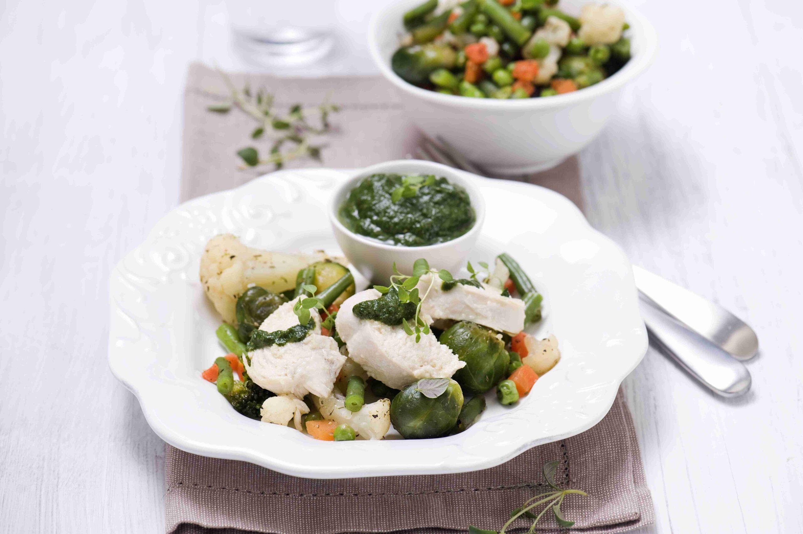 Pieczone warzywa wiosenne wcząbrze zkurczakiem isosem szpinakowym