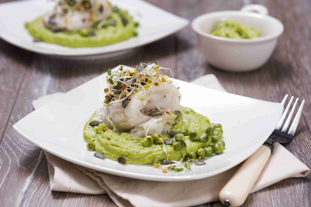 Baked cod served with peas puree