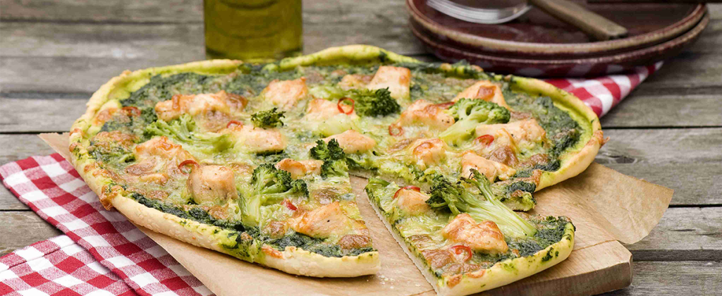 Pizza z brokułami i sosem szpinakowo-śmietanowym