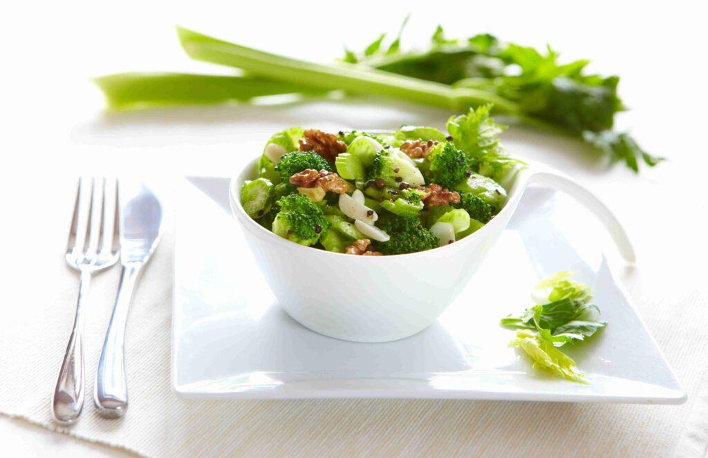 Sałatka brokułowa z selerem naciowym i orzechami