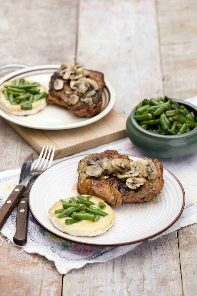 Pork steak with camembert and green beans