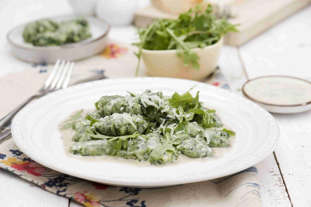 Szpinakowe gnocchi z gorgonzolą i rukolą