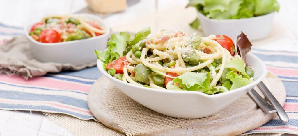 Spaghetti quadri z bobem i zielonym groszkiem