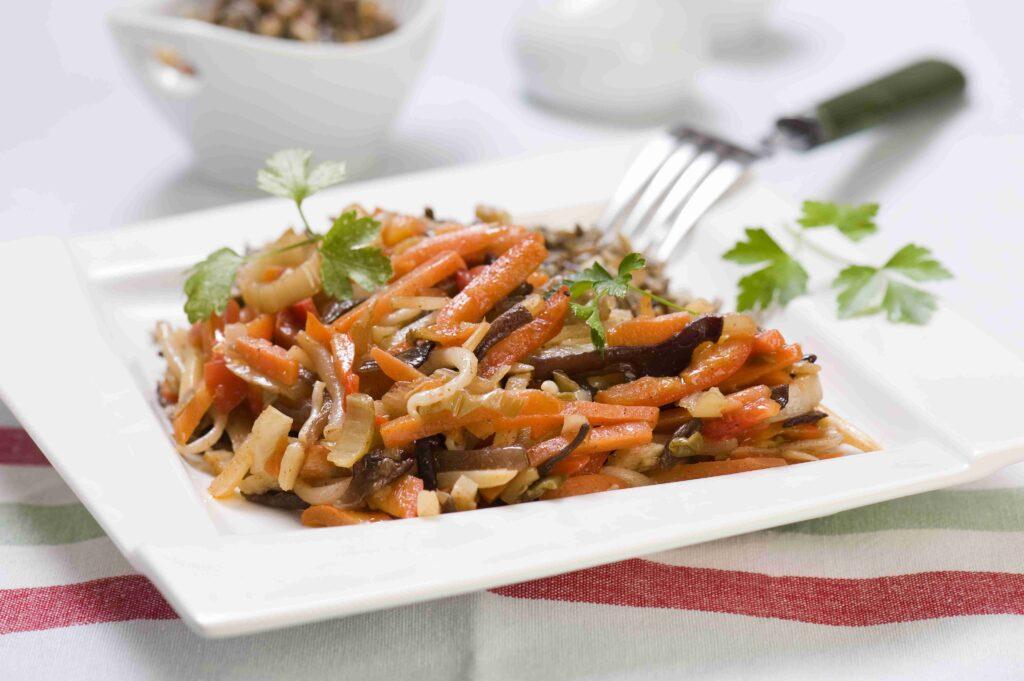 Warzywa po chińsku z orzechowym, dzikim ryżem