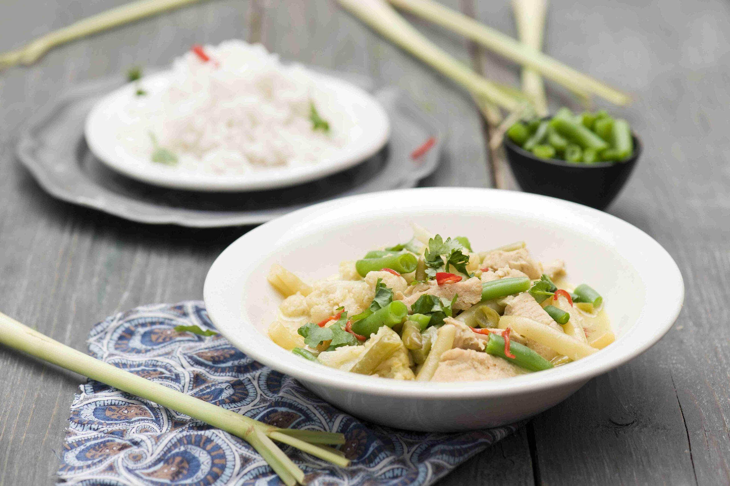 Zielone lekkie curry z fasolką, kalafiorem i kurczakiem oraz ryżem basmati