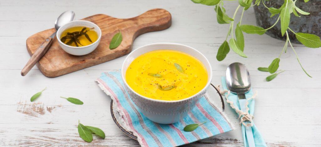 Zupa dyniowa z masłem szałwiowym