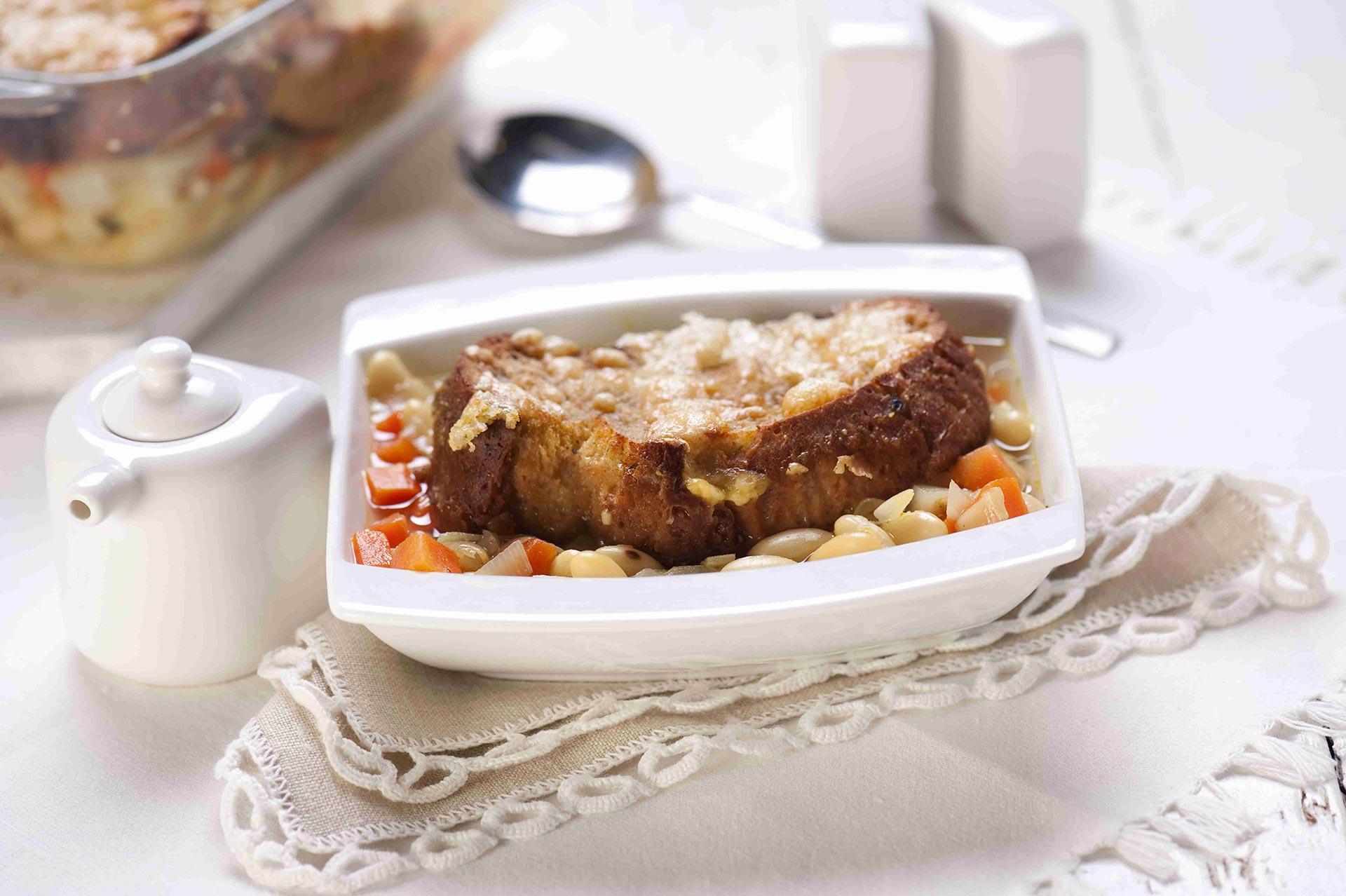 Zupa fasolowa pod chlebową kołderką