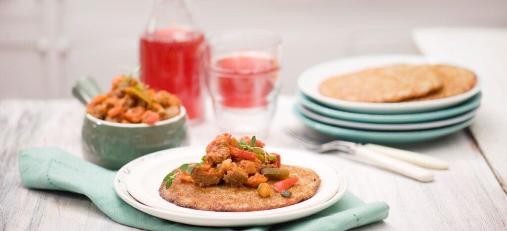 Placek ziemniaczany z gulaszem i warzywami