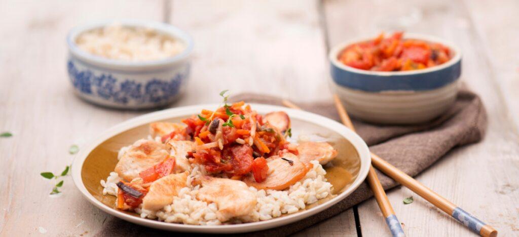 Pierś kurczaka w sosie słodko-kwaśnym z ryżem i warzywami