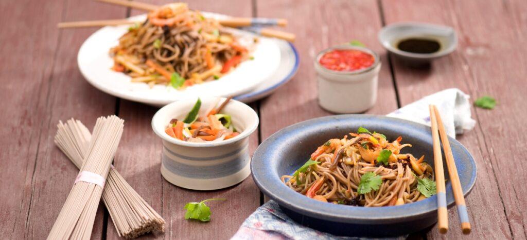Orientalna sałatka zchrupiącymi warzywami