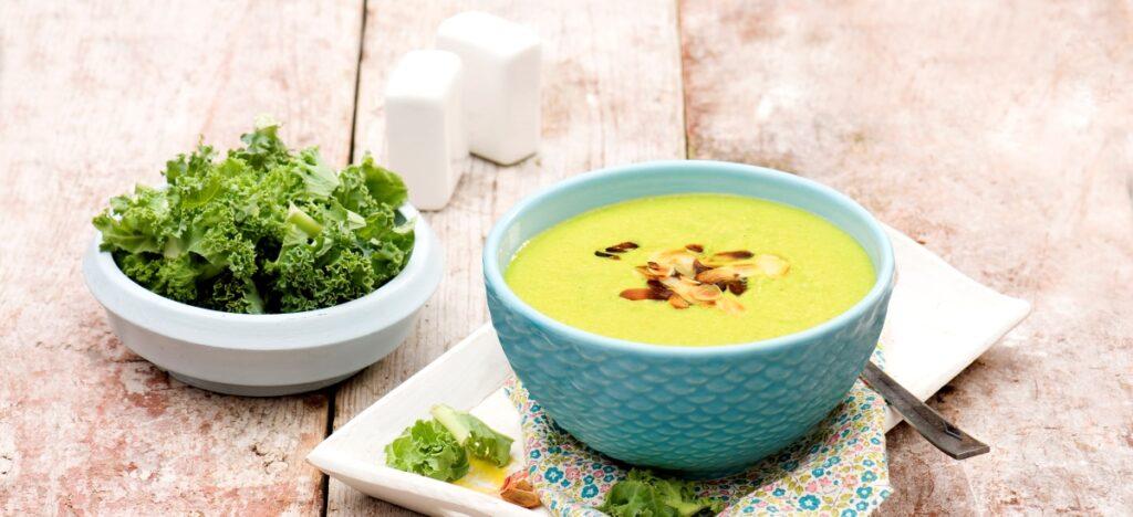 Zupa jarmużowa z migdałami