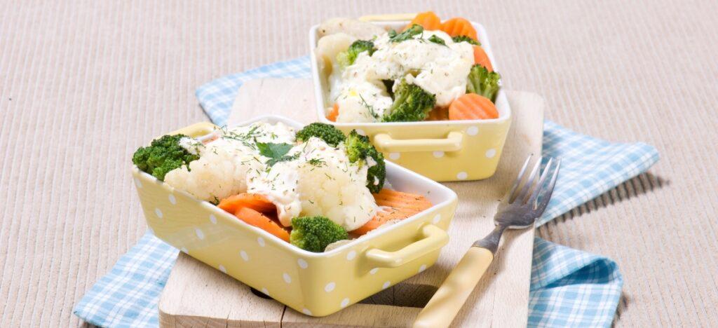 Ryba zapiekana z warzywami i sosem jogurtowo-pieprzowym