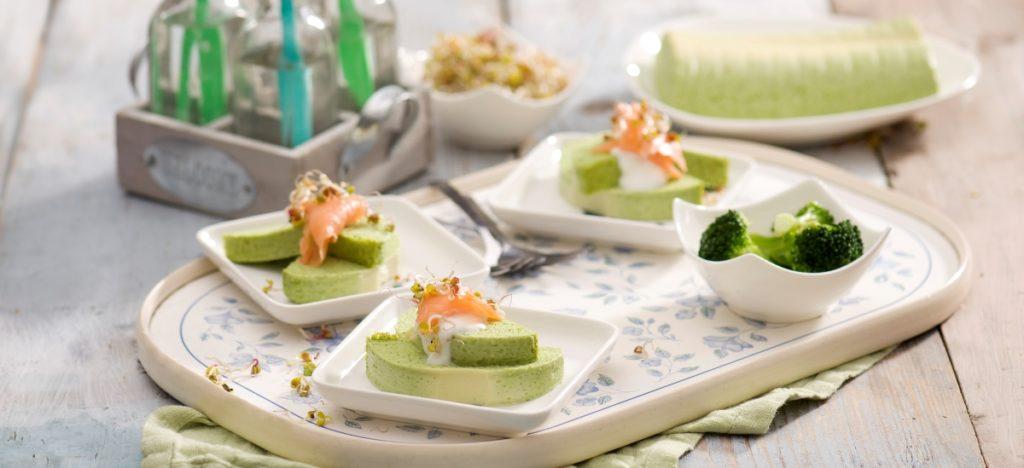 Zielona terrina zbrokułów zplastrami wędzonego łososia