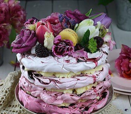 Bezowy tort jeżynowy ombre