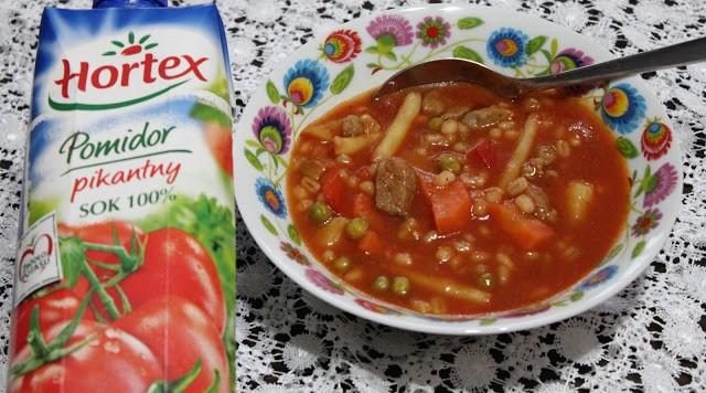 Gęsta zupa zkarkówką, warzywami oraz pikantnym sokiem pomidorowym Hortex