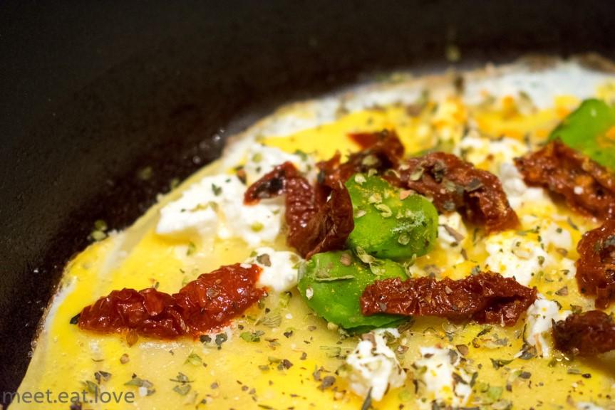 Naleśniki z jajkiem, bobem i fetą