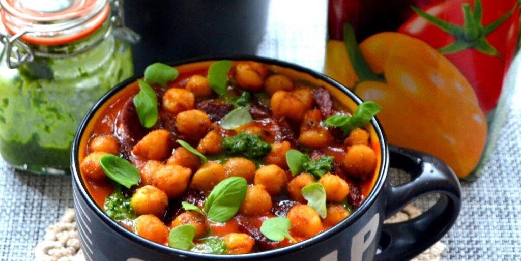 Zupka krem z soku warzywnego z dodatkiem chorizo oraz chrupek z ciecierzycy