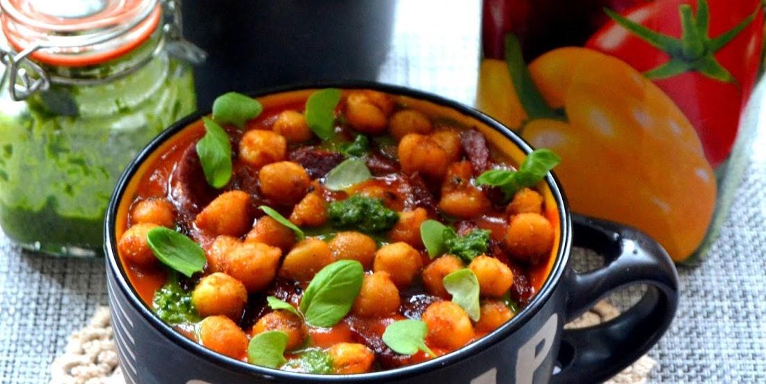 Zupka krem zsoku warzywnego zdodatkiem chorizo oraz chrupek zciecierzycy