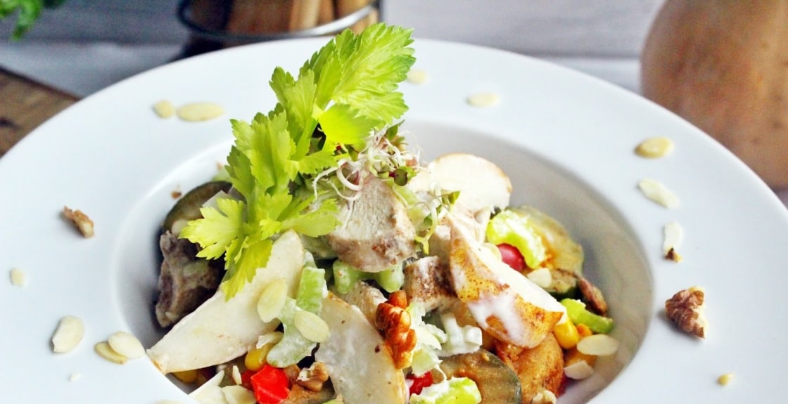 Warzywa podane zsałatką zkurczaka iselera naciowego
