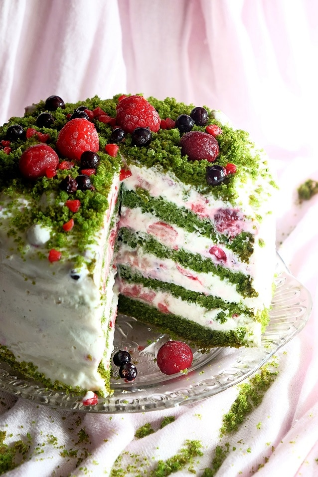 Zielony tort z owocami lata