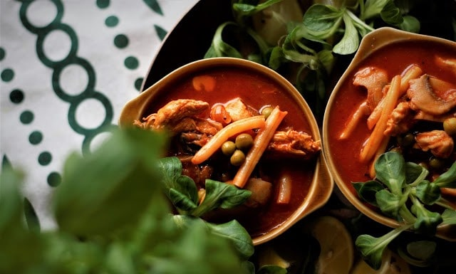 Pikantna pomidorowa z kurczakiem, groszkiem, fasolką i pieczarkami
