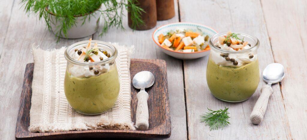 Mus z zupy ogórkowej z wędzonym pstrągiem i zielonym pieprzem