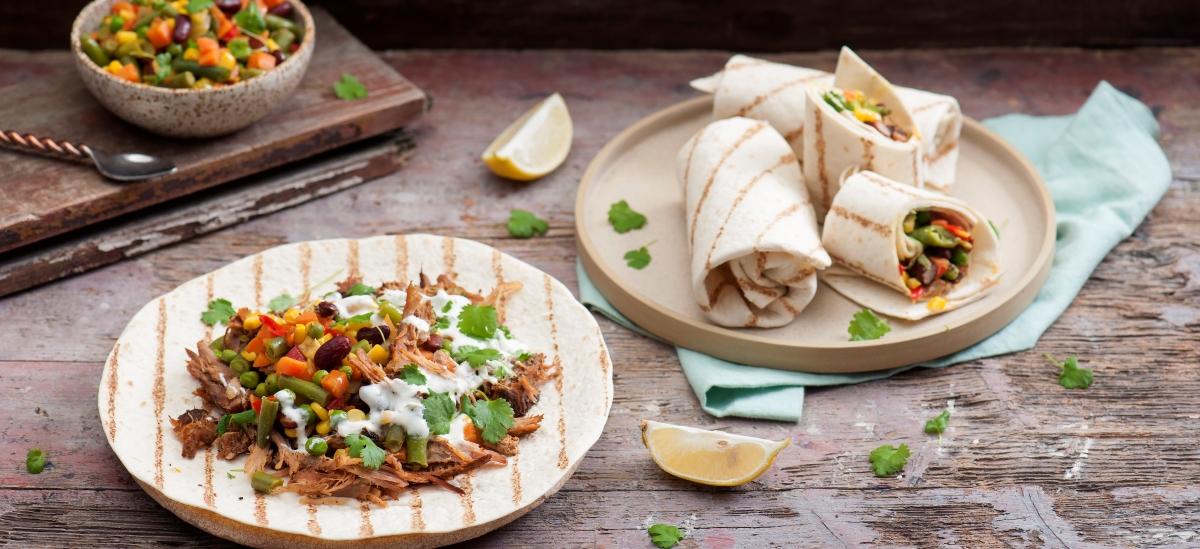 Burrito zszarpaną wieprzowiną imieszanką meksykańską