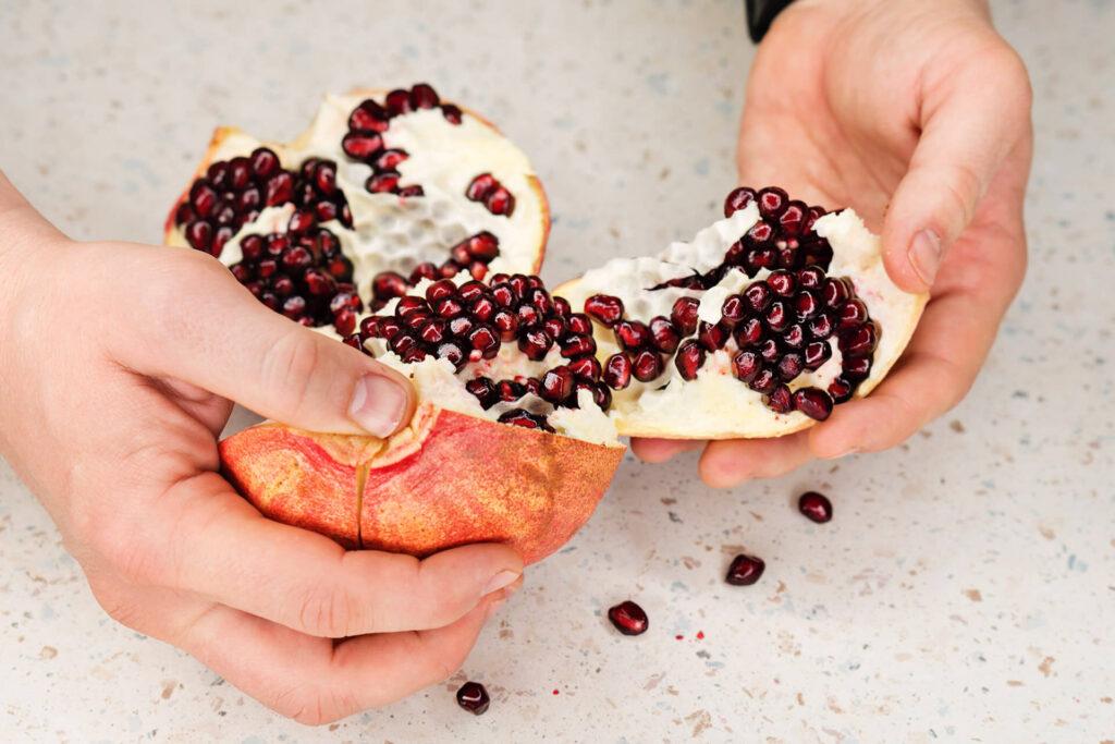 owoc granatu - obieranie